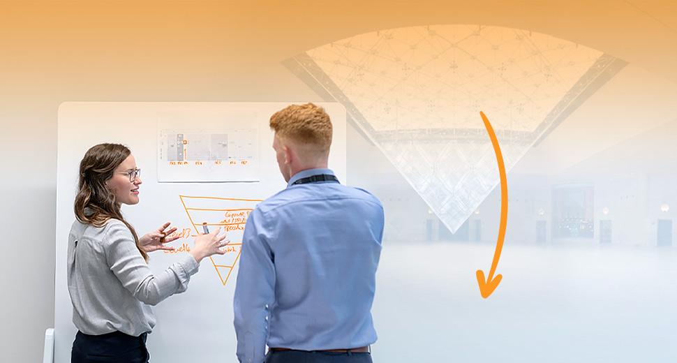 Na imagem tem um homem e uma mulher analisando uma pirâmide invertida de conteúdo